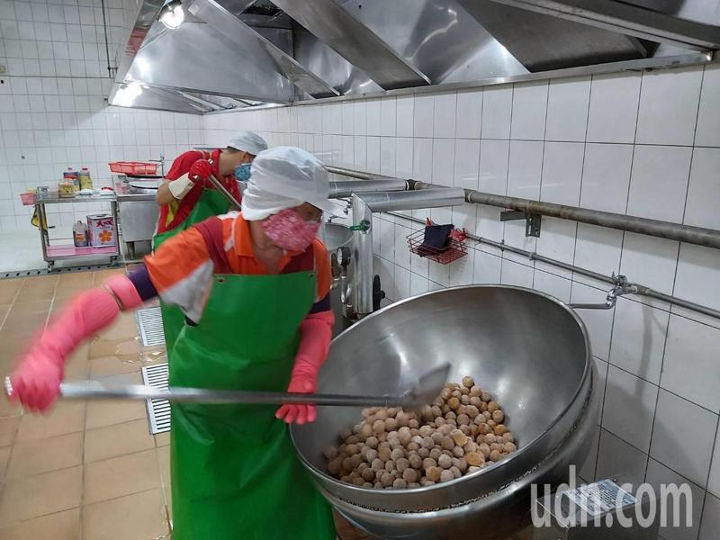 台南市百人以下學校自109學年度起,百人以下學校只補助弱勢學生營養午餐費。記者鄭惠仁/攝影