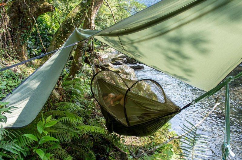 戶外體驗不麻煩,有蚊帳的吊床可以放心午睡。圖/飛達旅遊提供