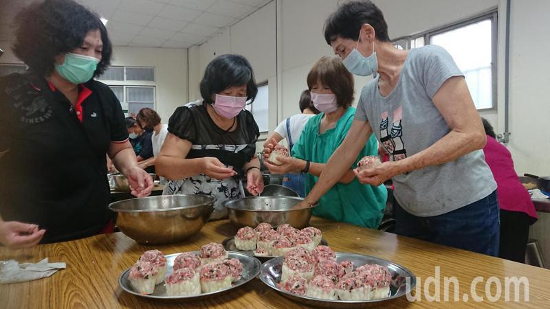 二林鎮農會家政班使用在地苦瓜製作苦瓜鑲纖蔬豆包肉。記者簡慧珍/攝影