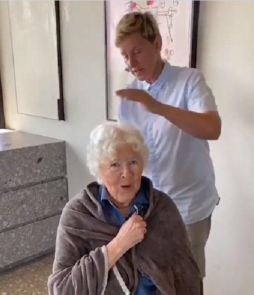 艾倫狄珍妮絲幫媽媽剪頭髮,網友還是罵聲連連。圖/摘自Instagram
