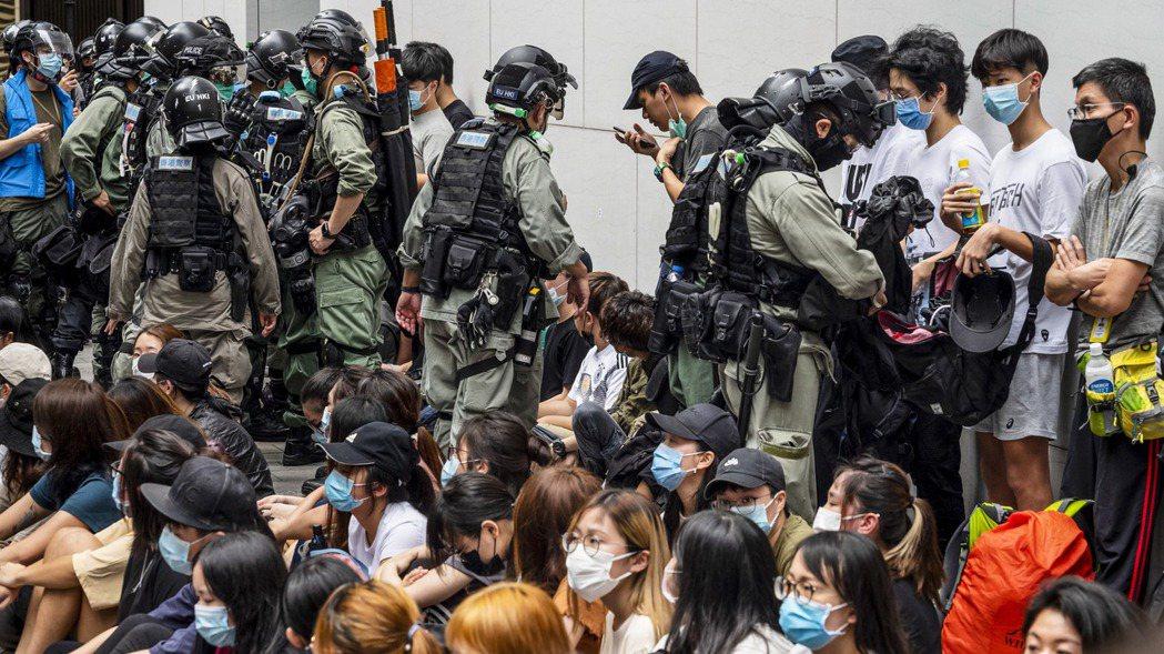 美國國務院認定,香港已無法維持高度自治。圖為香港警方留置抗議港版國安法的香港民眾...