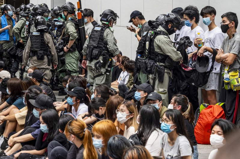 美國國務院認定,香港已無法維持高度自治。圖為香港警方留置抗議港版國安法的香港民眾後,打開他們的背包檢查。歐新社