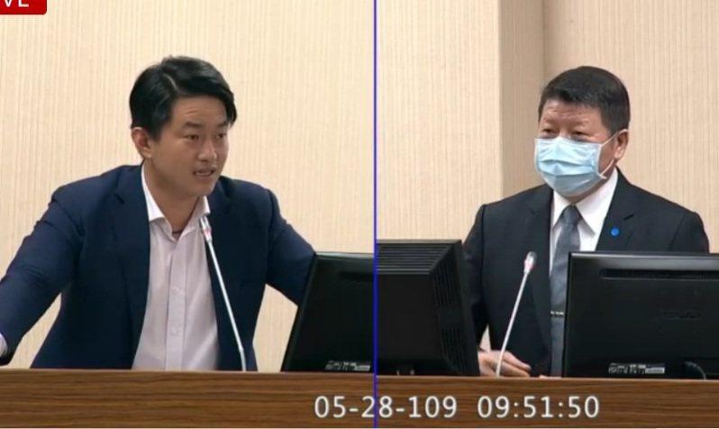 台灣基進立委陳柏惟(左)上午質詢時關切勇鷹原型機首飛確切日期。圖:取自立法院直播畫面