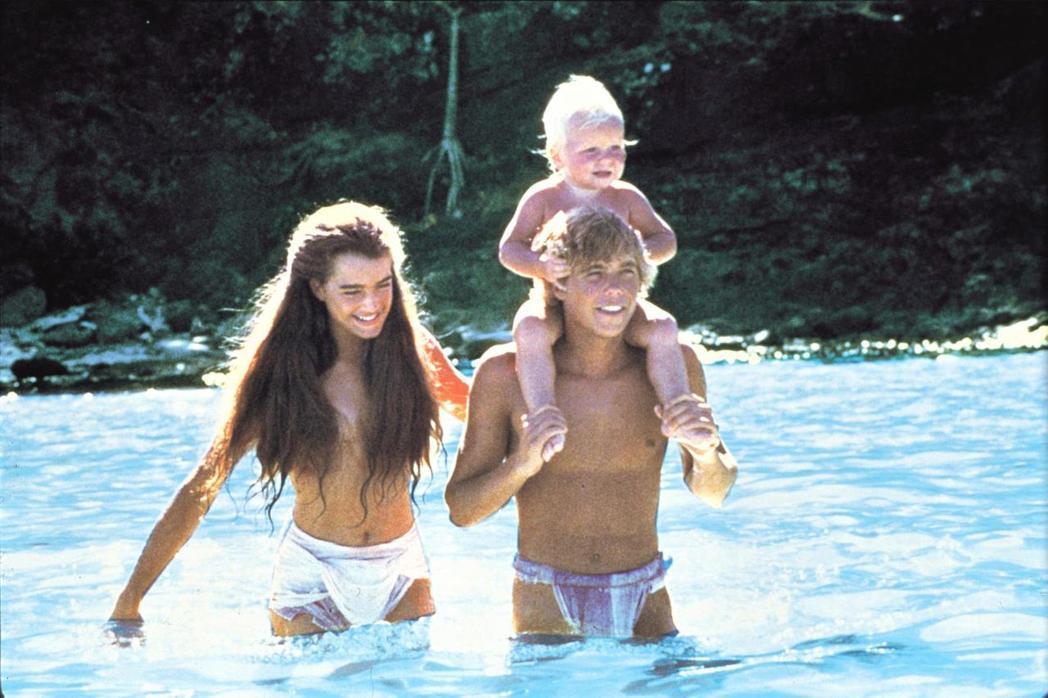 布魯克雪德絲(左)在「藍色珊瑚礁」常常清涼入鏡。圖/摘自imdb