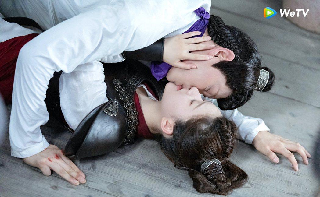 趙露思(下)、丁禹兮被封「成交夫婦」,戲中互動甜到出汁。圖/WeTV提供