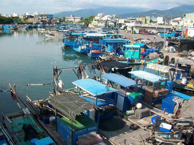 屏東縣政府考量枋寮漁港的停泊席位不足、航道淤沙嚴重及漁業轉型休閒觀光需求,去年啟動擴建計畫可行性評估計畫,希望將老態龍鐘的漁港轉型為觀光漁港。記者潘欣中/翻攝