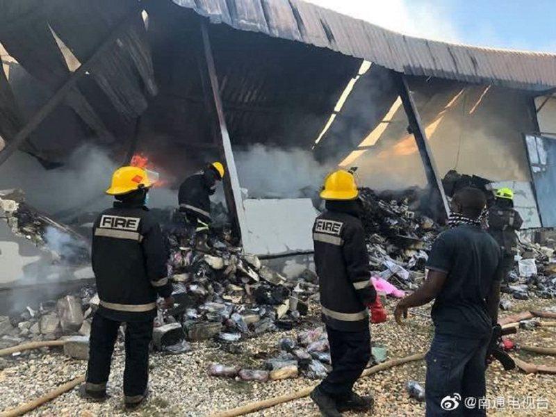 非洲國家尚比亞日前傳出3名中國國民遭到謀害,遺體被拖進倉庫後焚毀,3名兇嫌被捕,行兇動機仍待查。環球時報指出,行兇動機之一是中企限制當地員工外出,並指控首都盧薩卡市長山帕煽動排華。圖/翻攝微博南通電視台