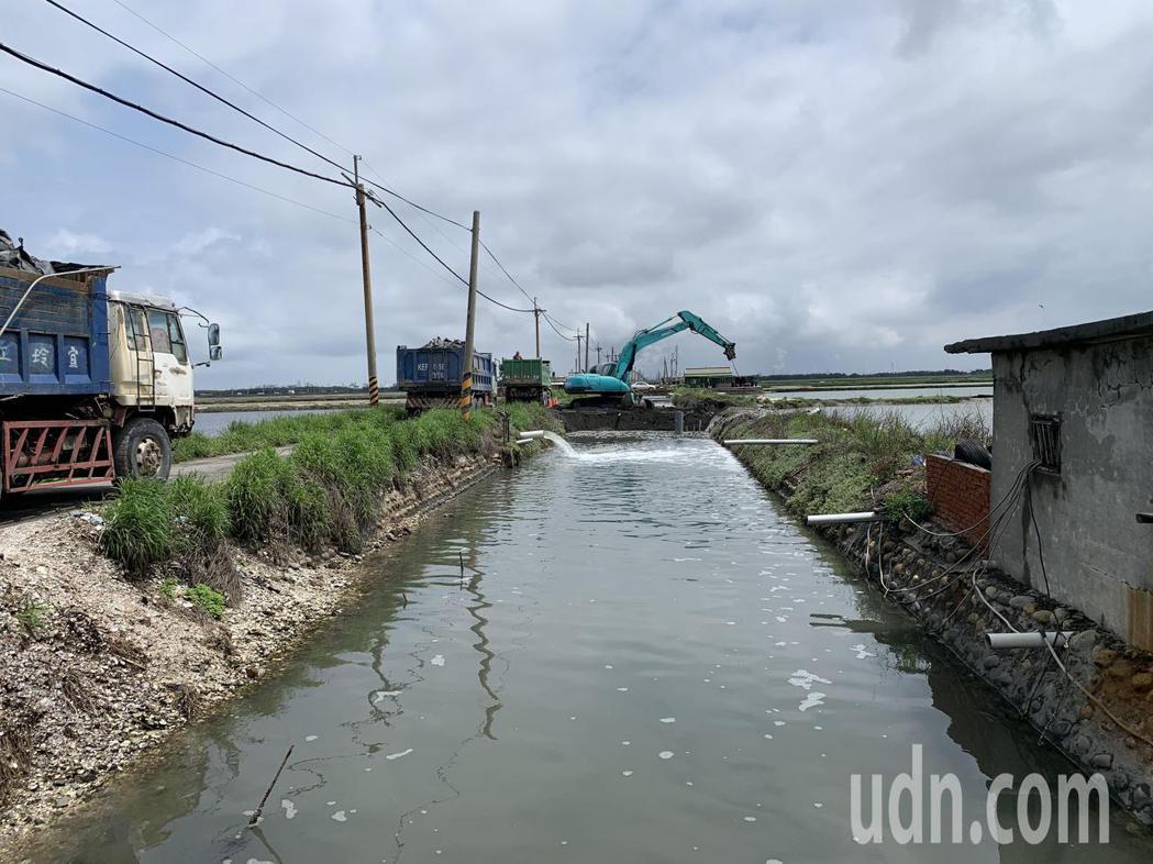 昨晚雲林台西中央路大淹水,一旁的養殖區護岸潰堤,縣府水利處緊急搶修護堤,今天上午...
