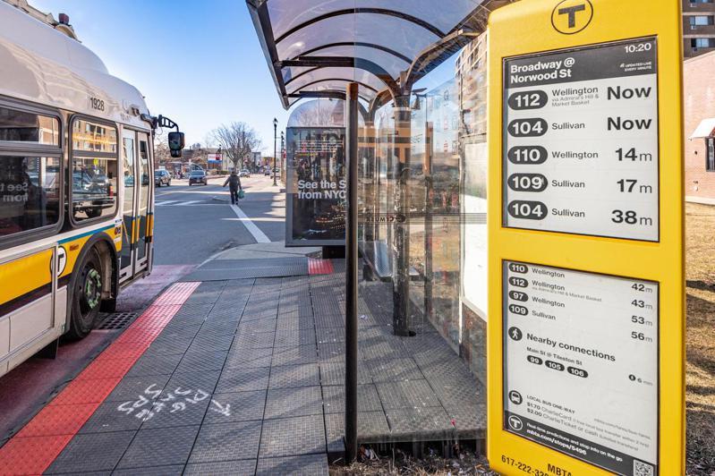 元太科技與美國麻薩諸塞灣交通局合作,擴大電子紙看板於公共交通應用的建置。圖/元太提供