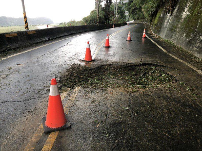 中橫公路10.3公里處,一顆巨石從高處滾落壓倒路樹,並造成路面龜裂,砸出一個長3公尺、寬2公尺、深40公分的大坑洞。記者余采瀅/翻攝