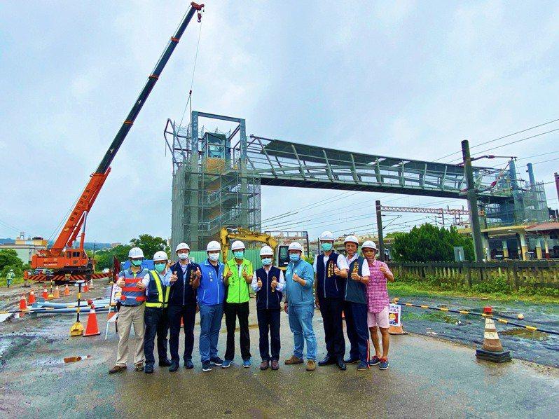 台中大甲車站人行跨越橋吊裝完成,預計今年7月底完工。圖/台中市建設局提供