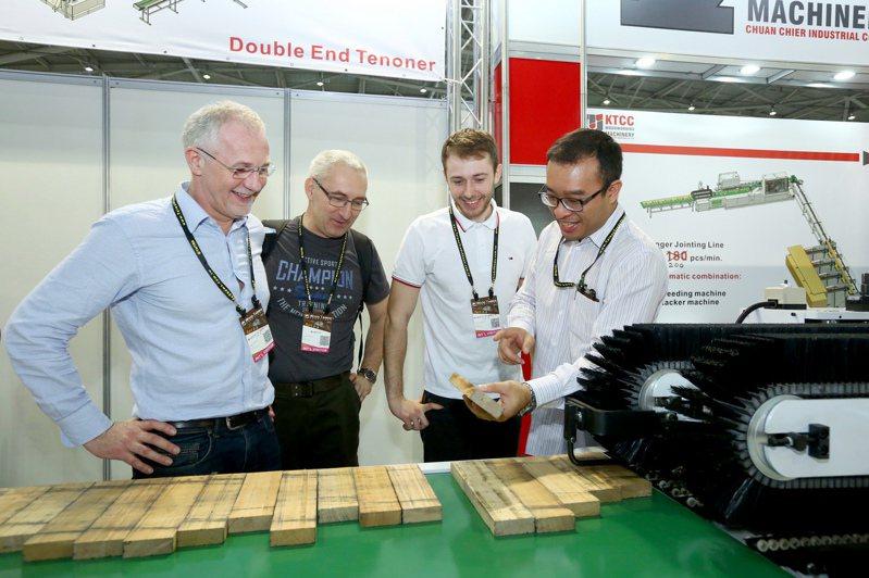 「台灣國際木工機械展」展商與買家洽談熱絡。外貿協會提供
