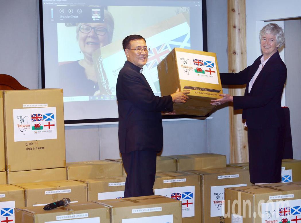 台灣基督長老教會今天以視訊示意的方式,捐贈PE防護衣至英國教會旗下的醫療照顧機構...