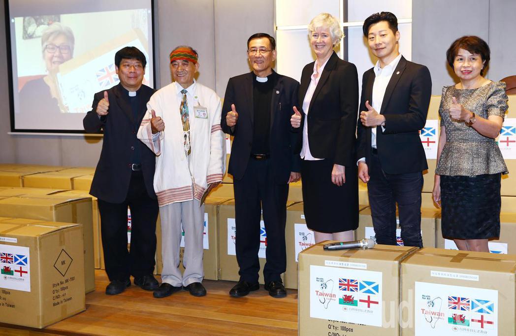 為彰顯 「Taiwan can help」精神,台灣基督長老教會今天捐贈防護衣至...