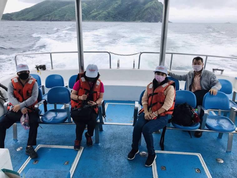 防疫不能免,防疫旅遊戴口罩外,座位有距離。圖/東北角暨宜蘭海岸國家風景區管理處提...