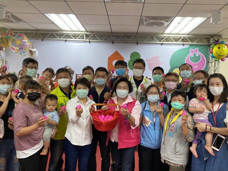 台中市長盧秀燕今天參加大里區第二家公托甲興托嬰中心開幕慶滿月活動,逐一發送滿月紅蛋,與家長、小朋友一同慶祝。記者趙容萱/攝影