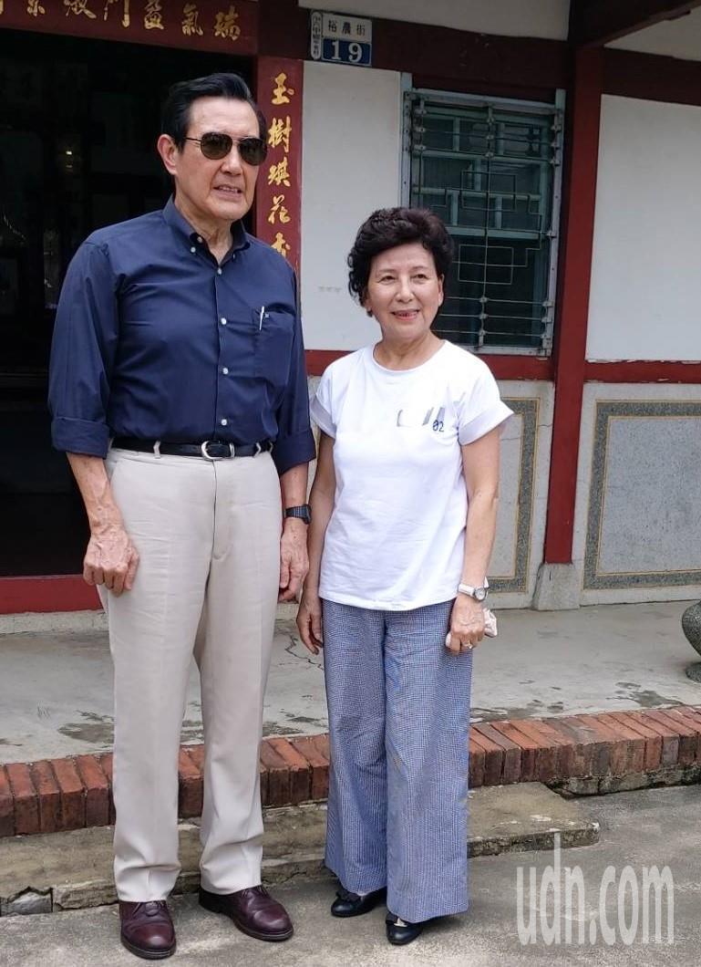 前總統馬英九走訪老師大法官蘇俊雄位在台南市六甲區的故居,蘇俊雄太太蘇余美津專程從台北回來接待。記者吳淑玲/翻攝