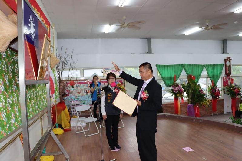銅鑼鄉第18屆鄉長補選完成,當選的謝昌年今天宣誓就職,他感謝鄉親支持,讓他有機會為地方服務。圖/苗栗縣政府提供