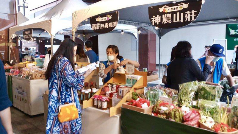 中友百貨「小農市集」將神農山莊生產的高品質有機蔬果運到市區販售,即日起至6月底逢週末假日在中友1樓展售。記者宋健生/攝影
