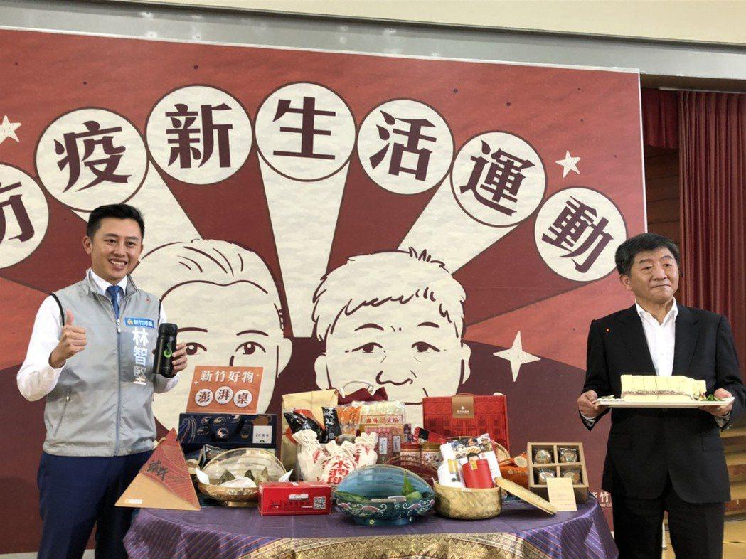 新竹市長林智堅(左)藉此機會行銷在地美食,以辦桌概念準備各式新竹好物,請陳時中推...