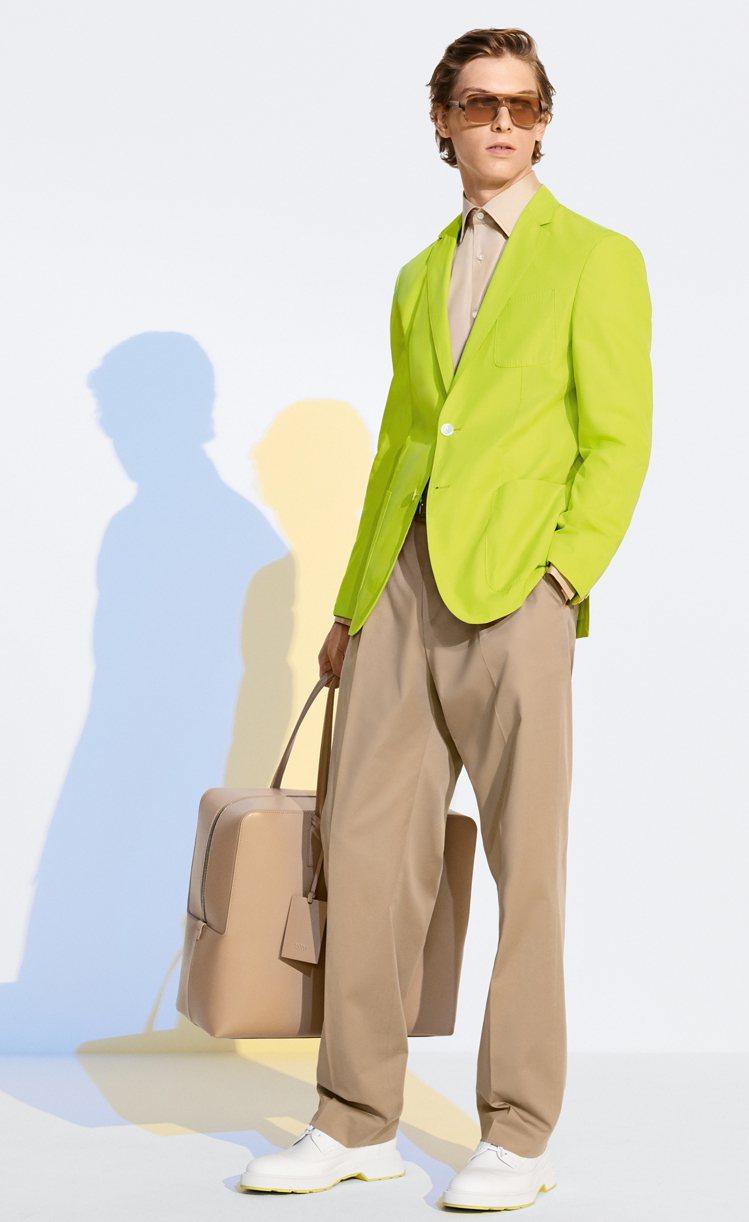 螢光黃與卡起的美妙撞色,讓盛夏與初秋的男性,寫意遊走於城市街道。圖 / Hugo...