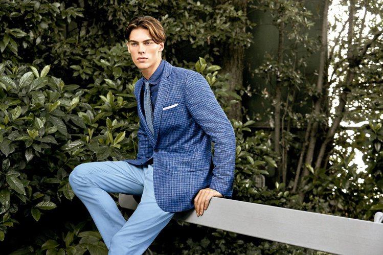 深色單寧襯衫、藍色格紋西裝上衣和淺色的休閒長褲,透過顏色深淺變化,製造明亮氣息。...