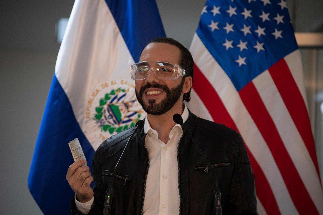薩爾瓦多總統布格雷展示他正在服用的奎寧藥錠。(法新社)