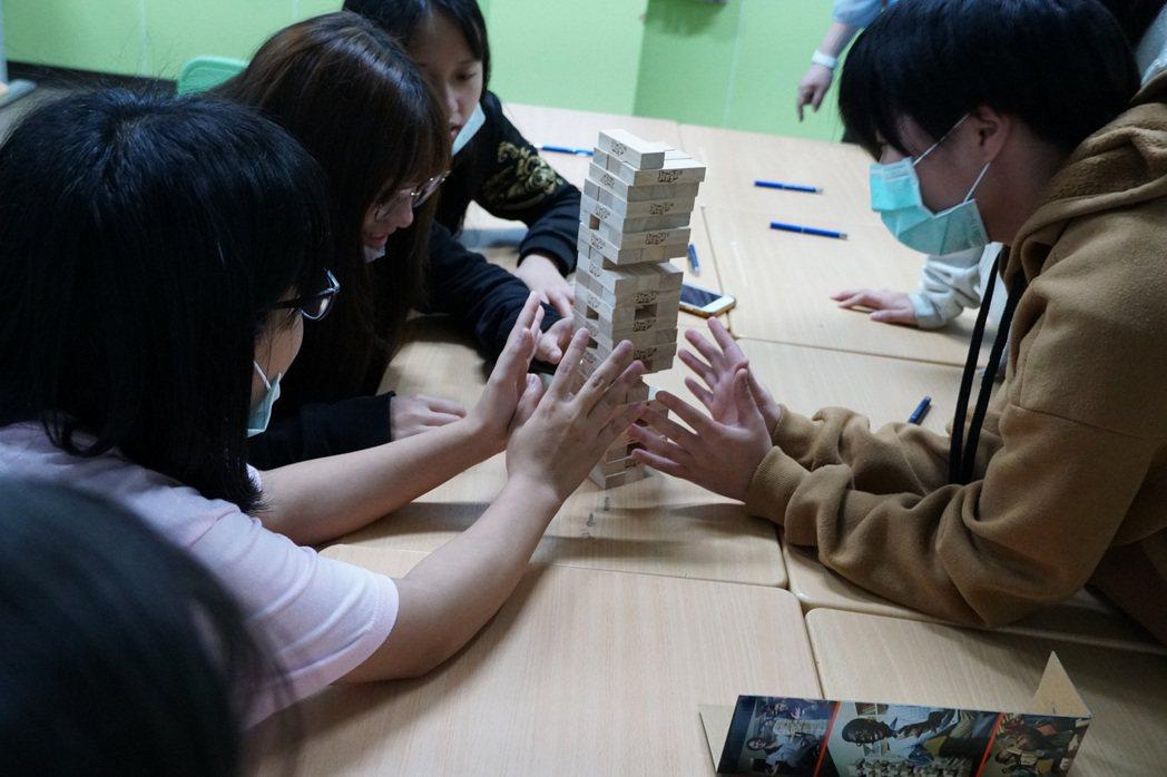 元大人壽講師藉由疊疊樂遊戲讓北區兒童之家的孩子們了解何謂人生風險。元大人壽/提供