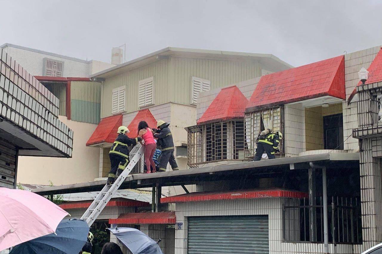 花蓮傍晚住宅火警兩人送醫 一消防人員救人時不慎摔傷