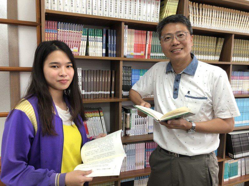 金湖國中國三學生吳芸婷(左)獲2020總統教育獎,校長謝志偉(右)鼓勵她吃苦是人生的養分,希望她可以靠自己的努力不懈,走出不一樣的人生。記者蔡家蓁/攝影