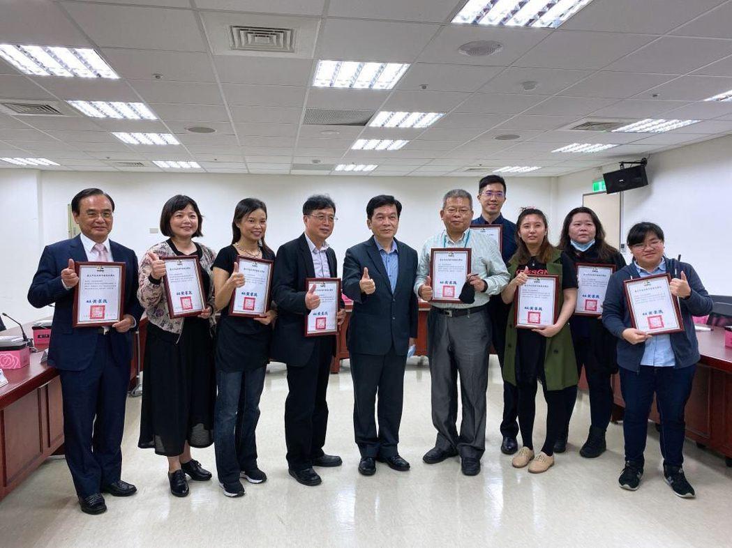 台北市今天公佈「危老」成績,核准件數總計174件,居全國之冠,並表揚優異的危老推...