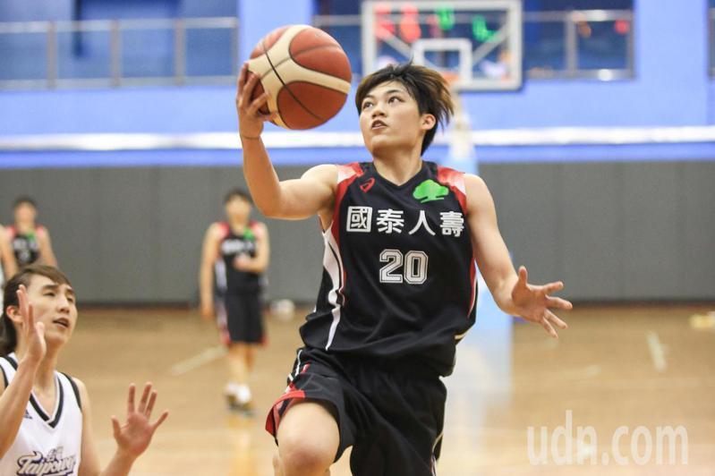 第15屆WSBL女子超級籃球聯賽,下午在台北體育館進行台灣電力對國泰人壽的比賽,國泰羅蘋(右)快攻上籃。記者林伯東/攝影