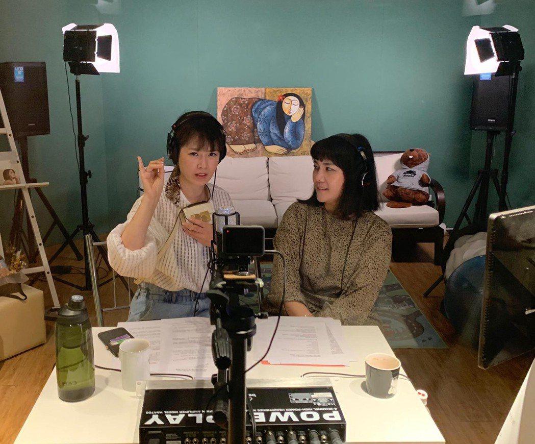 Melody(左)和王貞妮一起錄Podcost。記者徐兆玄/攝影