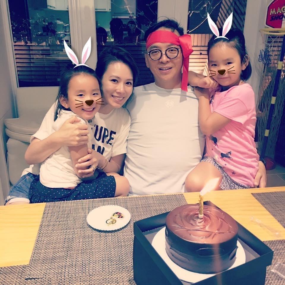 Melody(左二)和老公結婚多年幸福美滿,育有兩個可愛又美麗的女兒。圖/Mel