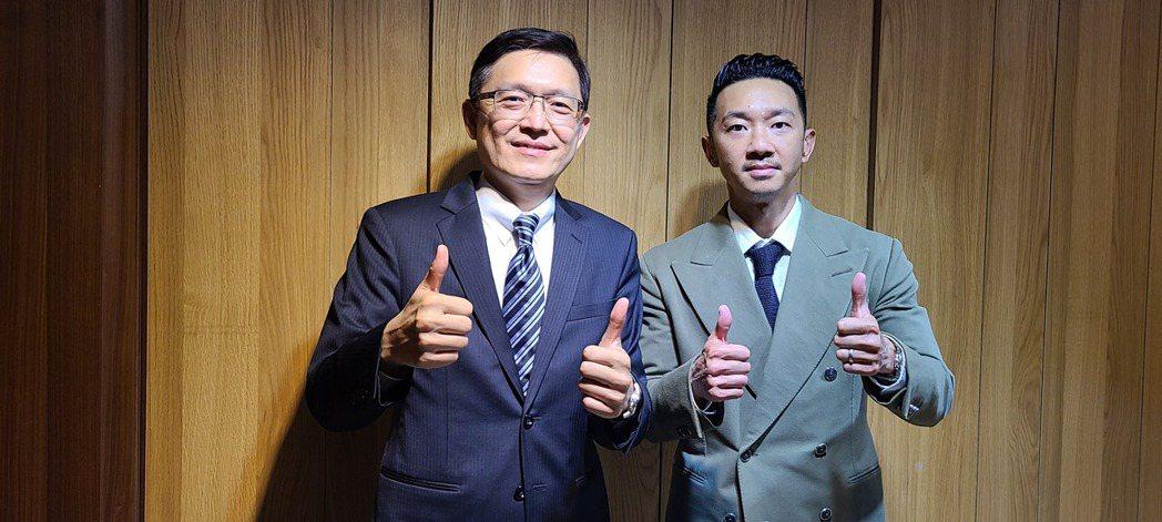 東典光電董事長陳正德(右)與副董事長蘇立群。  記者何佩儒/攝影