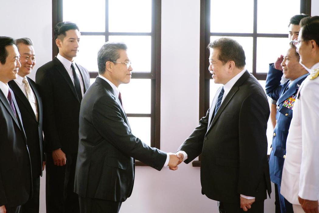 楊烈(左)與林在培同台飆戲。圖/公視提供