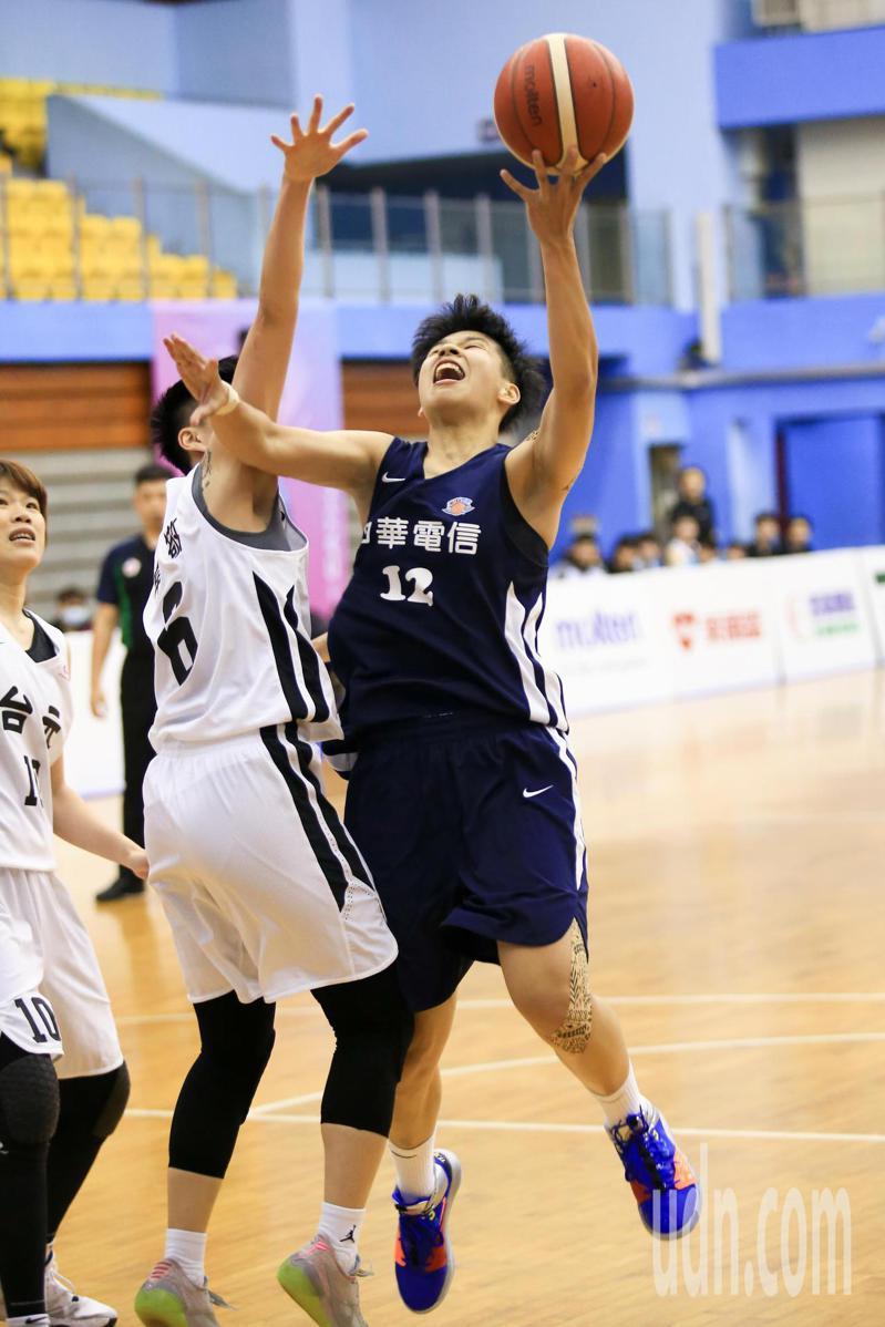 WSBL女子超級籃球聯賽,晚上在台北體育館進行台元對中華電信的比賽,中華電信黃湘婷(右)上籃得分,單場獨得26分。記者林伯東/攝影