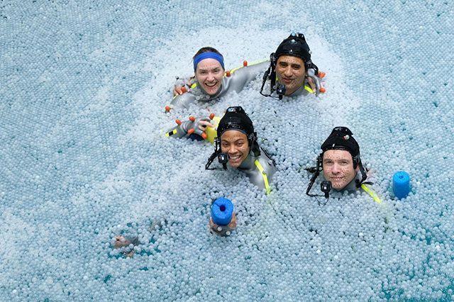凱特溫絲蕾(左起)、柔伊莎達娜、克里夫寇蒂斯、山姆沃辛頓泡在水槽裡拍戲。圖/摘自
