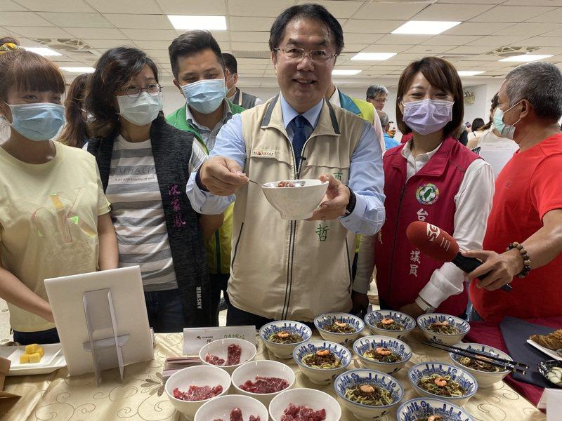 衛福部長陳時中本周六日來台南,台南市政府邀集多家餐廳、飯店業者,在第一天晚餐設「阿中自助餐」,第二天午餐辦「英雄宴」。記者鄭維真/攝影