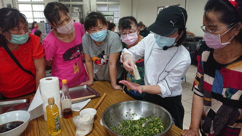 彰化縣二林鎮農會禮聘講師設計採用二林在地食材,製作芝麻蛋香韭菜餡餅。記者簡慧珍/攝影