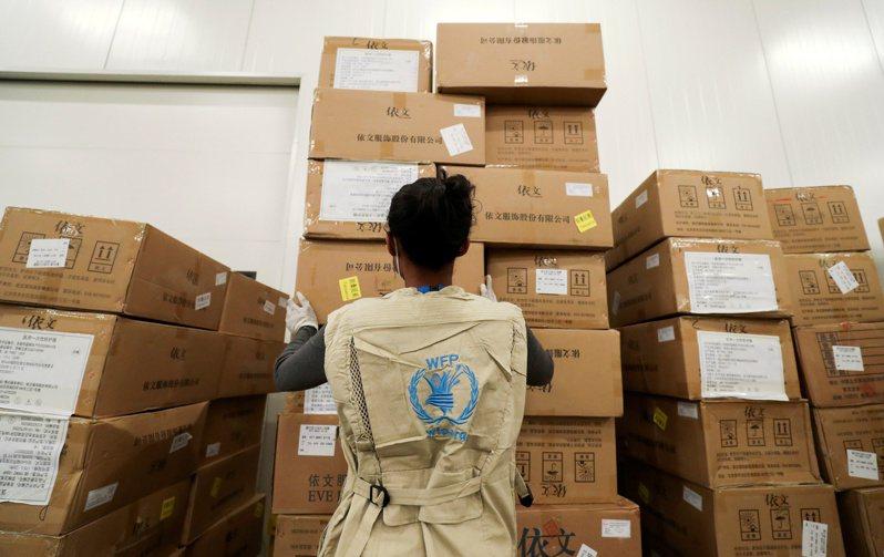 聯合國世界糧食計畫署工作人員在衣索比亞首都阿迪斯阿貝巴的倉庫中清點聯合國給非洲的人道救援物資。(路透)