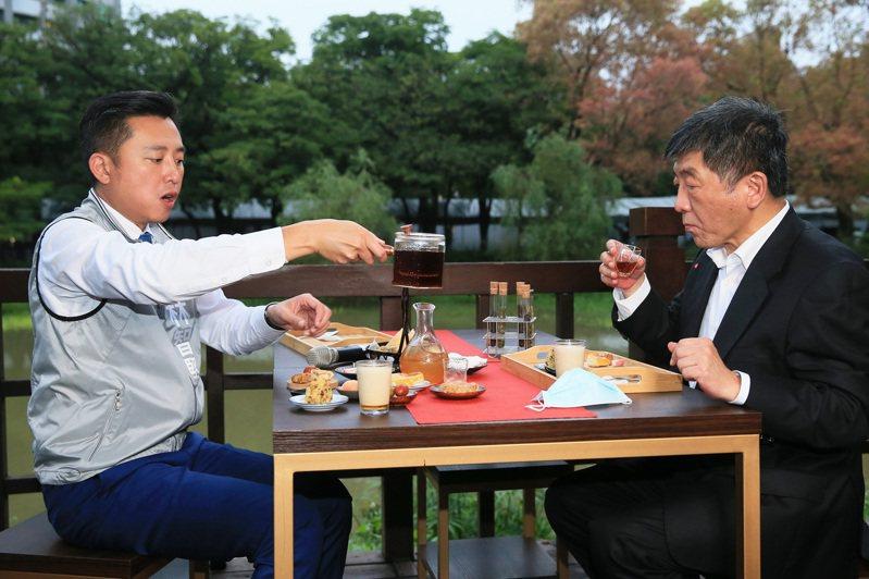 防疫指揮官陳時中(右)昨天在新竹市長林智堅(左)陪同下到新竹品茶吃點心。記者潘俊宏/攝影