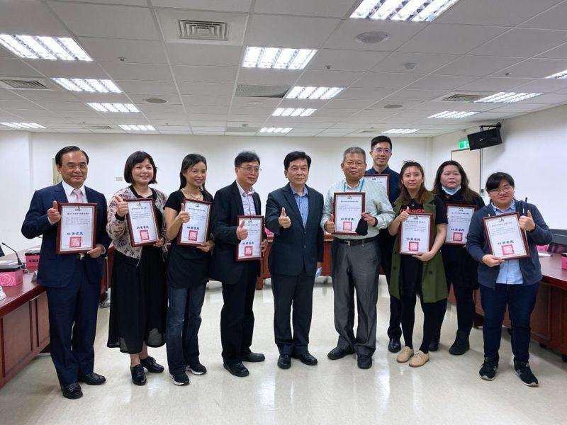 政府力促老屋改建,台北市昨天公布「危老」成績,核准件數總計174件,居全國之冠,並表揚優異的危老推動師。圖/台北市都發局提供