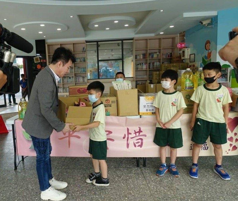 逢甲大學EMBA-108高階班班代張家駿(左一),代表捐贈民生物資給春安國小同學...