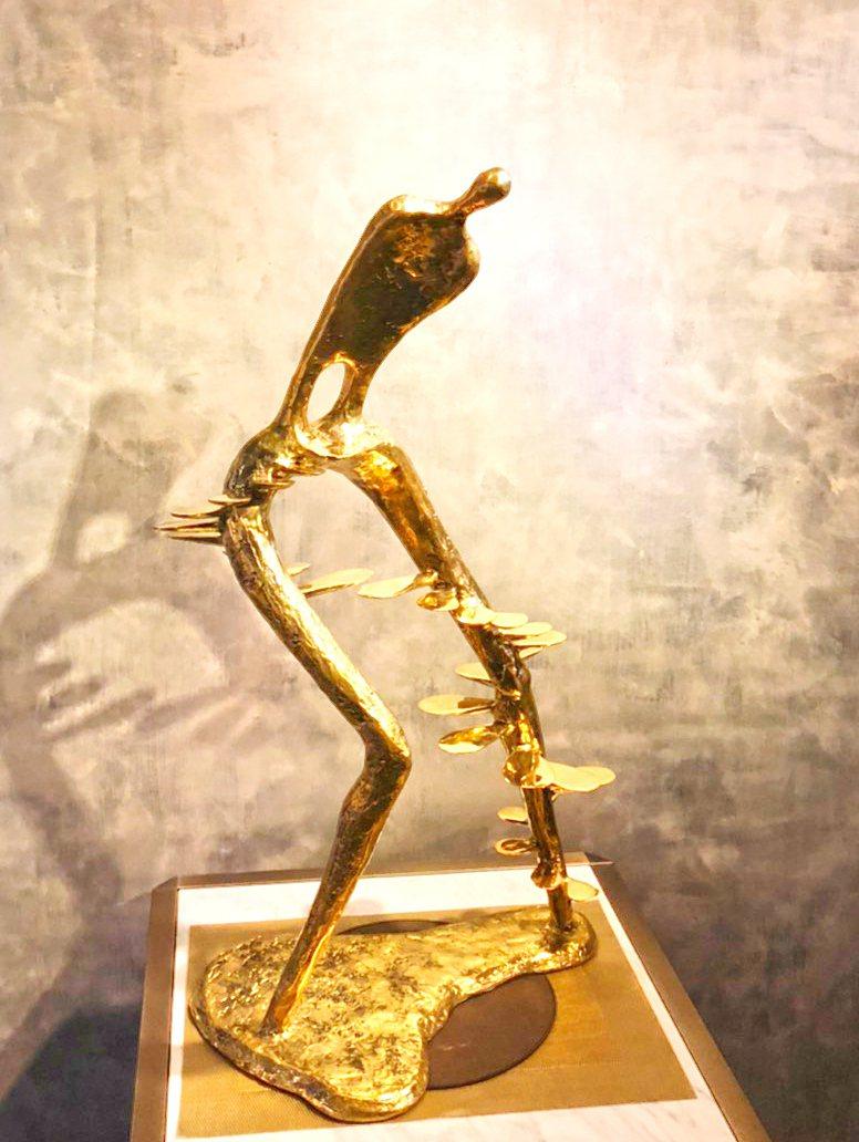 張真英作品進擊的巨人-銅(50x30x80cm 2019)。羅丹藝境/提供