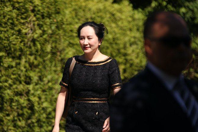 華為公司副董事長、首席財務官孟晚舟走出其位於加拿大溫哥華的居所,赴法院出庭聽取裁...