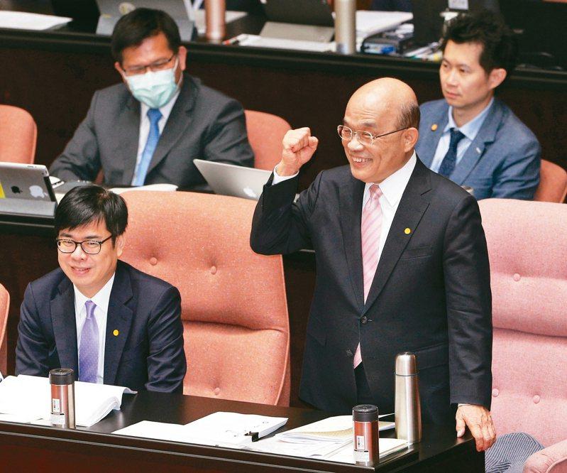 行政院長蘇貞昌(右)上午赴立法院進行施政方針報告,結束後握拳回應民進黨立委鼓掌致意。 記者林澔一/攝影