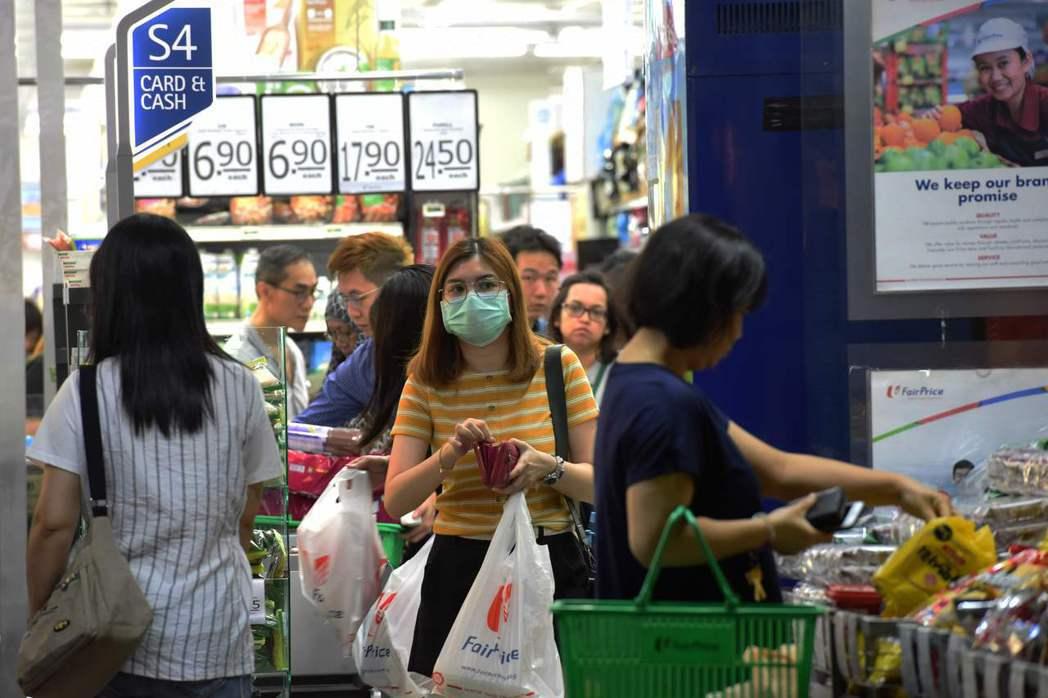新加坡當局指出,近來有新冠肺炎確診者前往超市及活禽市場且停留半小時以上,這類地點...