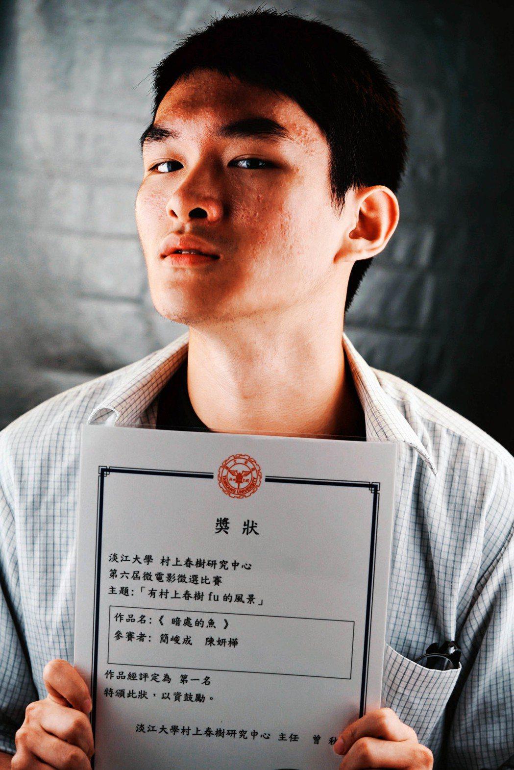 PBL影視專班簡峻成,榮獲第六屆村上春樹微電影比賽冠軍。龍華科大/提供
