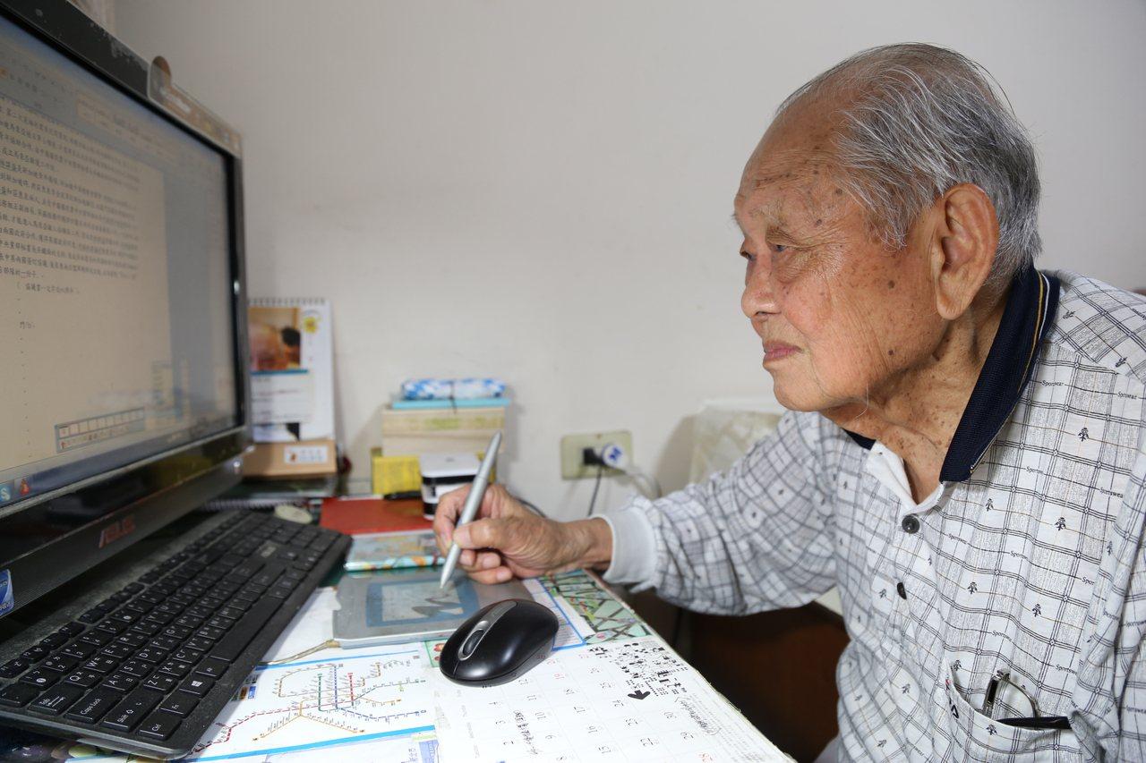 圖為作家梁元明。梁元明寫作時不太會用鍵盤,都用手寫筆。 示意圖/魏莨伊 攝影